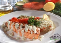 Łosos z grilla w sosie bazyliowym z warzywami i drobnymi kluseczkami