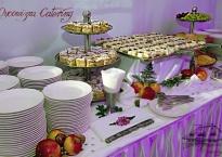 Deserowy bufet ciast omowych oraz wykwintnych słodkości