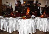 Uroczystośc jubileuszowa- płonące prosieta serwowane przez Szefa Kuchni i Jego Kuchmistrzów