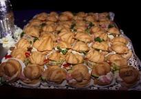 Koktailowe ptysie z ciasta parzonego z rozmaitym nadzieniem, m.in: pikantna pastą krewetkową, musem z sera dojrzewajacego i ogórkiem. pastą tuńczykowa i kaparami oraz pasztetem z gęsich wątróbek