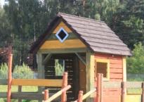 Jedna z wielu atrakcji ogrodu Gościńca Oycowizna- drewniany domek zabaw!
